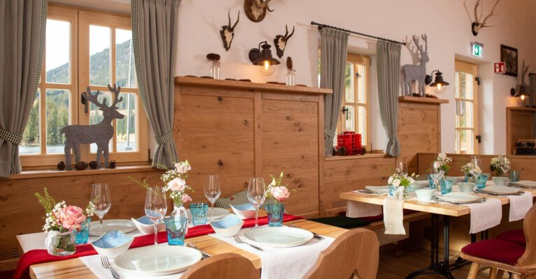 Tischarrangement in der Alm | © Thomas Plettenberg